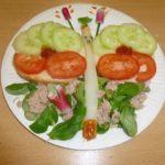 Assiette de crudités et salade, représentant un papillon
