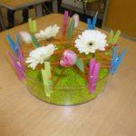 Composition de fleurs et de pinces à linge