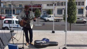 Joueur de guitare sur le marché