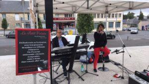 Chanteuse accompagnée d'un homme jouant sur un synthétiseur.
