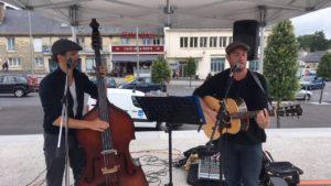 Un chanteur qui joue de la guitare et un contrebassiste.