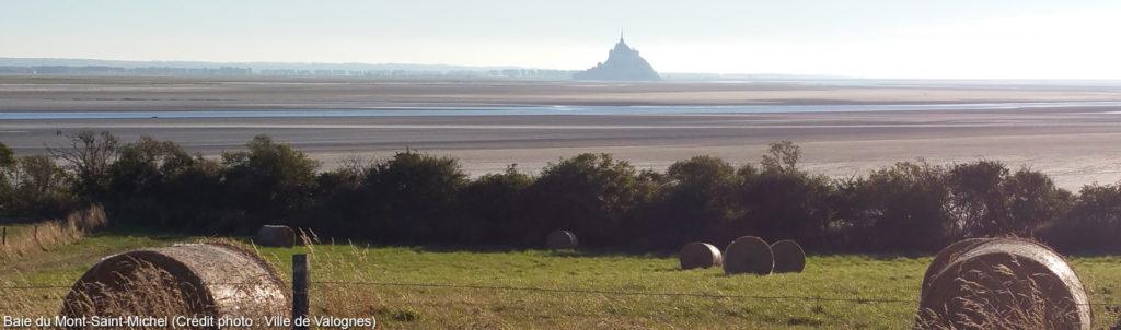 Baie du Mont-Saint-Michel avec des balles de foins rondes au premier plan.