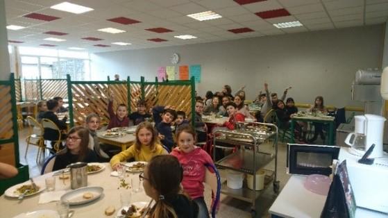 Vue du restaurant scolaire avec les enfants prendant leur repas.