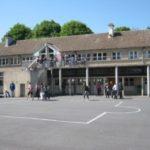 Cour du collège privé Sainte Marie avec des enfants