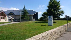 Espaces verts à l'entrée du complexe polyvalent Marcel Lechanoine