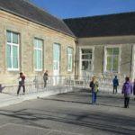 Cour de récréation de l'école primaire Alexis de Tocqueville avec des enfants.