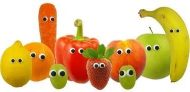 Plusieurs fruits et légumes avec des yeux, alignés sur fond blanc