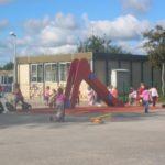 Cour de l'école maternelle du Quesnay avec des enfants qui jouent
