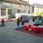 Cour de l'école maternelle Sainte Marie-Madeleine avec des enfants