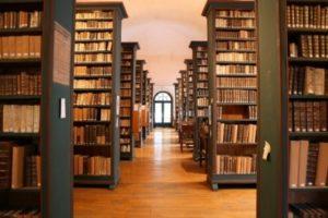 Perspective de la salle du fond ancien avec ses grandes étagères remplis de vieux livres