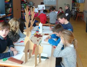 Enfants en atelier d'art plastique