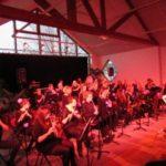 Photo d'un concert de l'école de musique à la petite salle du complexe Marcel Lechanoine, dans une ambiance lumineuse rouge