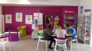 Jeunes autour d'une table au P.I.J.