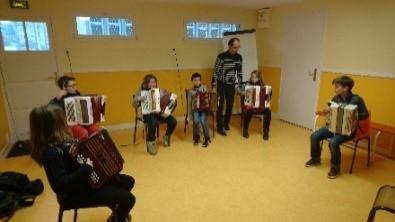 Enfants qui jouent de l'accordéon
