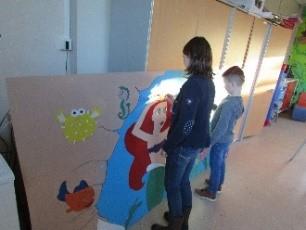 Enfants réalisant une fresque en peinture
