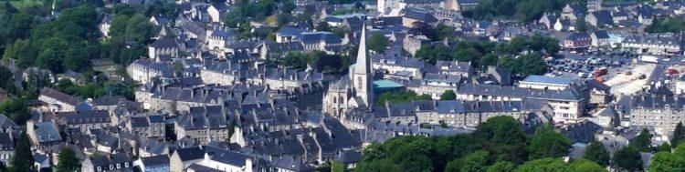 Vue aérienne de la ville de Valognes avec l'église Saint-Malo au centre