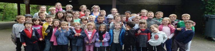 Groupe d'enfants et leurs animateurs