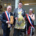 Tim Grüttemeier entouré de la délégation municipale de Valognes