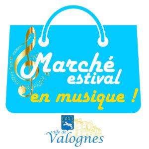 """Logo du marché estival en musique. Représentation d'un cabas bleu ciel avec une clé de sol dorée et le logo """"Ville de Valognes"""" en dessous."""